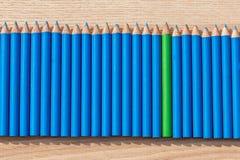 Una fila de se corrige con un verde en el centro Imagen de archivo libre de regalías