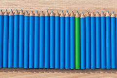 Una fila de se corrige con un verde en el centro Imágenes de archivo libres de regalías