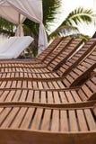 Una fila de sillones de madera imagen de archivo libre de regalías