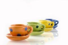Una fila de tazas coloridas Fotografía de archivo libre de regalías