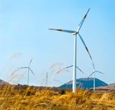 Una fila de turbinas de molinoes de viento en Jeju Imagen de archivo libre de regalías