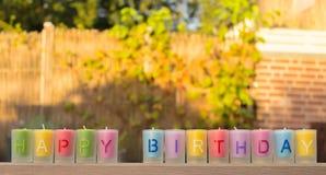 Una fila de velas con las letras que dicen feliz cumpleaños Fotografía de archivo