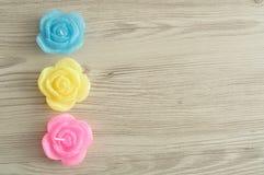 Una fila de velas en la forma de rosas Imagenes de archivo