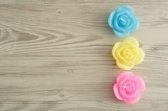 Una fila de velas en la forma de rosas Imágenes de archivo libres de regalías