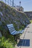 Una fila dei banchi davanti a Varbergs Fästning Fotografia Stock