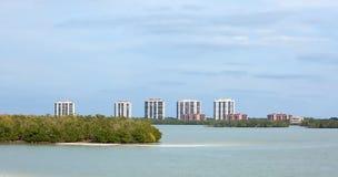 Una fila dei condomini ed impiega sulla costa ovest di Florida, U.S.A. Immagini Stock