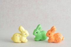 Una fila dei coniglietti variopinti usati per la decorazione Fotografia Stock Libera da Diritti
