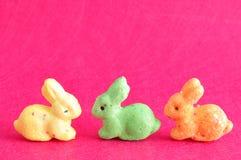 Una fila dei coniglietti variopinti usati per la decorazione Immagini Stock