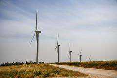 Una fila dei generatori eolici Immagine Stock Libera da Diritti