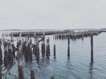 Una fila dei pali di legno dal lungomare di Portland fotografia stock