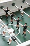 Una fila del calcio-balilla che gioca i pezzi Fotografie Stock