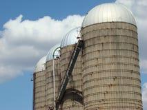 Una fila del silos dell'alimentazione immagini stock