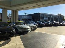 Una fila delle automobili di BMW ad un delearship dell'automobile fotografia stock libera da diritti