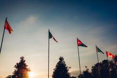 Una fila delle bandiere delle nazioni sul fondo del cielo di tramonto Bandierine dei paesi differenti Unione delle nazioni Pace n Immagine Stock