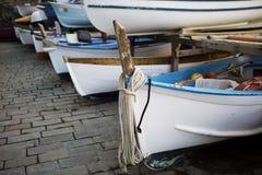Una fila delle barche variopinte sulla riva Manarola L'Italia Fotografia Stock Libera da Diritti
