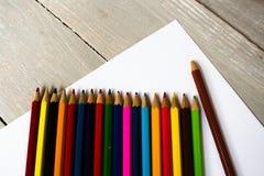 una fila delle matite colorate piegate Fotografia Stock Libera da Diritti