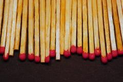 Una fila delle partite con le teste di zolfo rosso fotografia stock libera da diritti