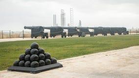 Una fila delle pistole pesanti e della batteria di saluto nei giardini superiori di barrakka Nella priorità alta una piramide del fotografia stock