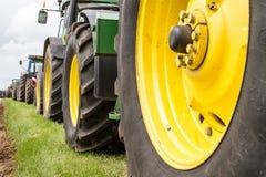 Una fila delle ruote del trattore Fotografia Stock