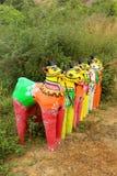 Una fila delle statue del cavallo ad un complesso indiano del tempio del villaggio Immagine Stock Libera da Diritti