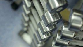 Una fila delle teste di legno del metallo in palestra archivi video