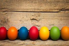 Una fila delle uova di Pasqua variopinte Immagine Stock