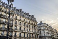 Una fila dello scape della città di grandi costruzioni usate come appartamenti Fotografie Stock Libere da Diritti