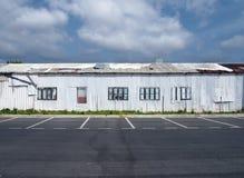 Una fila dello strato bianco abbandonato dilapidato della latta ha ondulato le costruzioni Immagine Stock Libera da Diritti