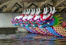 Una fila di Dragon Boats tradizionale Immagini Stock Libere da Diritti