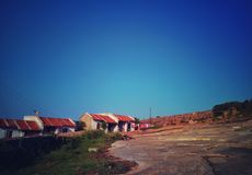 Una fila di piccole case sveglie sopra la collina immagine stock libera da diritti