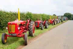 Una fila di vecchi trattori d'annata Fotografie Stock
