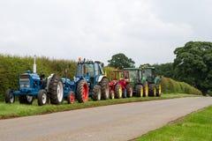 Una fila di vecchi trattori d'annata Fotografie Stock Libere da Diritti