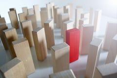 Una fila rossa del blocchetto di legno di lotteria del vincitore immagine stock