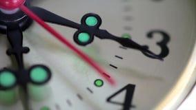 Una fine su dell'orologio con muoversi della seconda mano stock footage