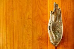 Una fine su della maniglia di porta del metallo sotto forma dell'immagine della palma del ` s di Buddha Fotografia Stock Libera da Diritti