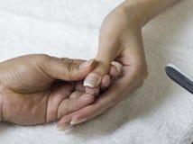 Una fine su delle mani femminili che fanno manicure Immagini Stock
