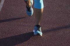Una fine su delle scarpe da corsa Fotografia Stock