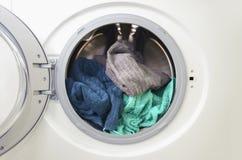 Una fine su di una lavatrice caricata con l'immagine del †dei vestiti « fotografia stock