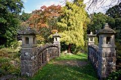 Una fine su di questo ponte di pietra romantico con il ` s dell'albero e degli arbusti di tutte le dimensioni e forme differenti  immagini stock
