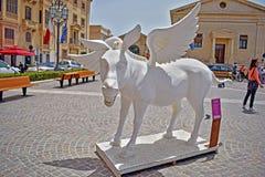 Una fine su di una statua bianca di un cavallo di volo a La Valletta a Malta fotografia stock