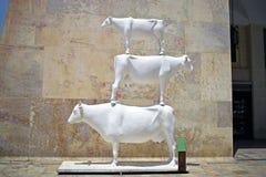 Una fine su di una statua bianca di un cavallo di volo a La Valletta a Malta fotografia stock libera da diritti