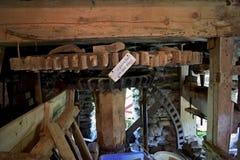 Una fine su di un di legno e di un metallo ha fatto per spingere dentro un mulino immagini stock libere da diritti