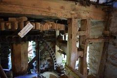 Una fine su di un di legno e di un metallo ha fatto per spingere dentro un mulino immagini stock