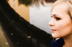 Una fine su di una donna che si siede dal fiume Fotografie Stock Libere da Diritti