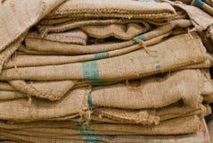 Una fine sul colpo dei sacchi marroni della canapa. Immagini Stock Libere da Diritti