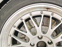Una fine sul colpo di una rotella e dei freni dell'automobile sportiva Fotografie Stock Libere da Diritti