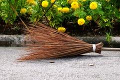 Una fine sull'immagine di una scopa rustica del rattan fotografia stock