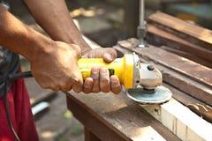 Smerigliatrice di legno della tenuta della mano. Fotografia Stock