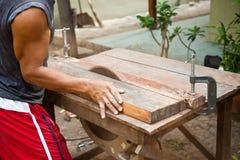 Uomo che lavora ad una sega. Fotografia Stock Libera da Diritti
