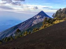 Una fine sulla vista del vulcano di fuego del supporto durante il giorno fuori dell'Antigua, Guatemala immagine stock